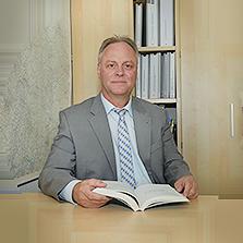 Dr. Portz mit Buch